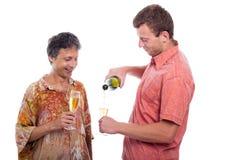 Hommes célébrant avec le champagne Photos libres de droits