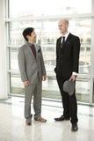 Hommes chinois et européens d'affaires conversant Images libres de droits