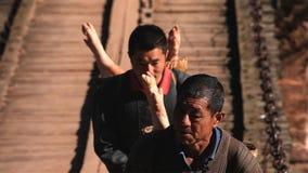 Hommes chinois portant le porc sur le marché de campagne yunnan La Chine photos libres de droits