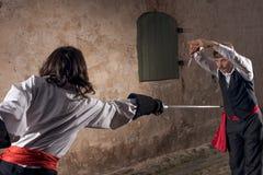 Hommes combattant avec des épées Photo libre de droits