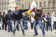 Hommes combattant avec des oreillers Photos stock