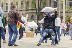 Hommes combattant avec des oreillers Images libres de droits