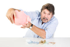 Hommes comptant son argent d'économie de la tirelire Photo stock