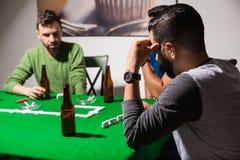 Hommes concentrés sur un jeu de dominos Image libre de droits
