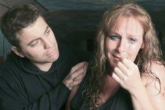 Hommes consolant la femme et essayant de calmer vers le bas Photographie stock libre de droits