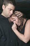 Hommes consolant la femme et essayant de calmer vers le bas Photos libres de droits