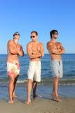Hommes détendant sur la plage image stock