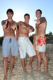 Hommes détendant sur la plage images stock