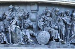 Hommes d'état sculpturaux de groupe au millénaire de monument de la Russie, Veliky Novgorod, Russie Photos stock
