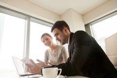 Hommes d'affaires à l'aide du comprimé au bureau, solutions mobiles pour le busi Image stock