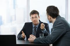 Hommes d'affaires à la discussion Photographie stock