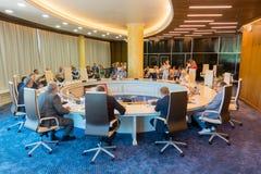 Hommes d'affaires à la table ronde pendant l'Amber Forum Image libre de droits