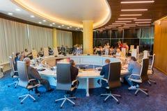 Hommes d'affaires à la table ronde pendant l'Amber Forum Image stock