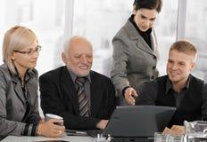 Hommes d'affaires à se réunir dans le bureau Photos stock