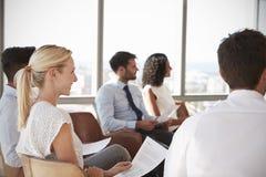 Hommes d'affaires écoutant la présentation dans le bureau image libre de droits