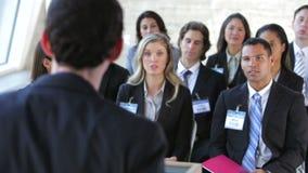Hommes d'affaires écoutant le haut-parleur à la conférence banque de vidéos