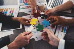 Hommes d'affaires établissant des puzzles colorés ensemble Concept de travail d'équipe, d'association, d'intégration et de démarr Photographie stock