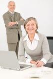 Hommes d'affaires aînés dans le travail de bureau sur l'ordinateur Image stock