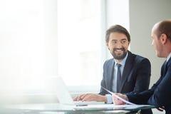 Hommes d'affaires agissant l'un sur l'autre Photographie stock libre de droits