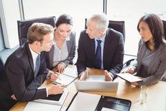 Hommes d'affaires agissant l'un sur l'autre dans la salle de conférence Images libres de droits