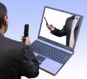 Hommes d'affaires agissant l'un sur l'autre utilisant la dernière technologie Image libre de droits