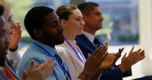 Hommes d'affaires applaudissant un discours dans le séminaire 4k d'affaires clips vidéos