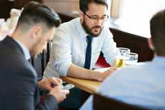 Hommes d'affaires après travail images libres de droits