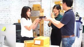 Hommes d'affaires asiatiques célébrant l'anniversaire dans le bureau banque de vidéos