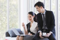 Hommes d'affaires asiatiques ? l'aide de l'ordinateur portable dans le bureau photos stock