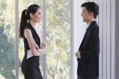 Hommes d'affaires asiatiques parlant ensemble dans le bureau photo stock