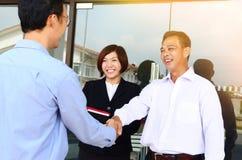 Hommes d'affaires asiatiques se serrant la main photographie stock
