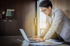 Hommes d'affaires asiatiques utilisant le carnet et documents sur la table pour le travail photographie stock libre de droits