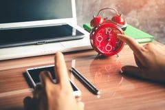 Hommes d'affaires attendant la pause de midi, réveil rouge avec cinq m Photo stock