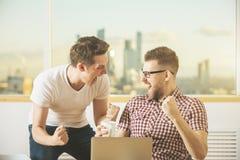 Hommes d'affaires attirants célébrant le succès Image libre de droits