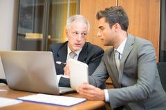 Hommes d'affaires au travail dans leur bureau Image stock