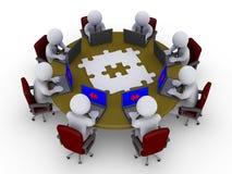 Hommes d'affaires autour de rechercher de table la solution Photo libre de droits