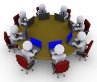 Hommes d'affaires autour de table avec des ordinateurs portatifs Photos libres de droits