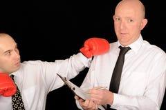 Hommes d'affaires avec des gants de boxe images libres de droits