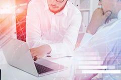 Hommes d'affaires avec l'ordinateur portable dans le bureau, graphique illustration de vecteur