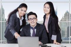 Hommes d'affaires avec l'ordinateur portable souriant sur l'appareil-photo Photos libres de droits