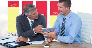 Hommes d'affaires avec la tablette discutant contre des graphiques illustration stock