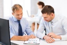 Hommes d'affaires avec le carnet sur la réunion Image stock