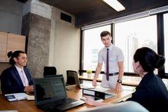 Hommes d'affaires avec le chef discutant ensemble dans la salle de conférence au cours de la réunion au bureau Photo stock