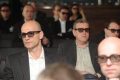 Hommes d'affaires avec les verres 3d à l'exposition et au salon commercial Photo stock