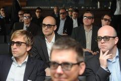Hommes d'affaires avec les verres 3d à l'exposition et au salon commercial Images stock