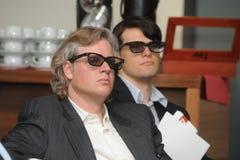 Hommes d'affaires avec les verres 3d à l'exposition et au salon commercial Photographie stock