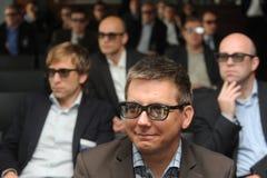 Hommes d'affaires avec les verres 3d à l'exposition et au salon commercial Image stock