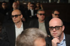 Hommes d'affaires avec les verres 3d à l'exposition et au salon commercial Photographie stock libre de droits