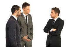 Hommes d'affaires ayant la conversation photographie stock