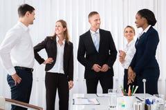 Hommes d'affaires ayant la conversation photo libre de droits